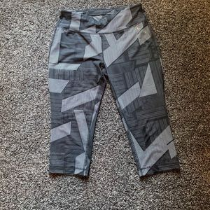 Athletic capris with geometric print